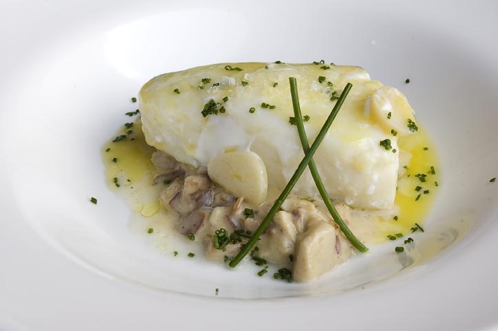 bacalao confitado a 65 sobre crema de boletus y jamon iberico