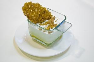 copa de mousse de yogourt, chocolate blanco, mango y kikos