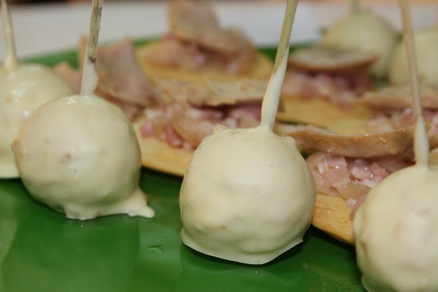 Bombón de foie con chocolate blanco y crocante de almendras