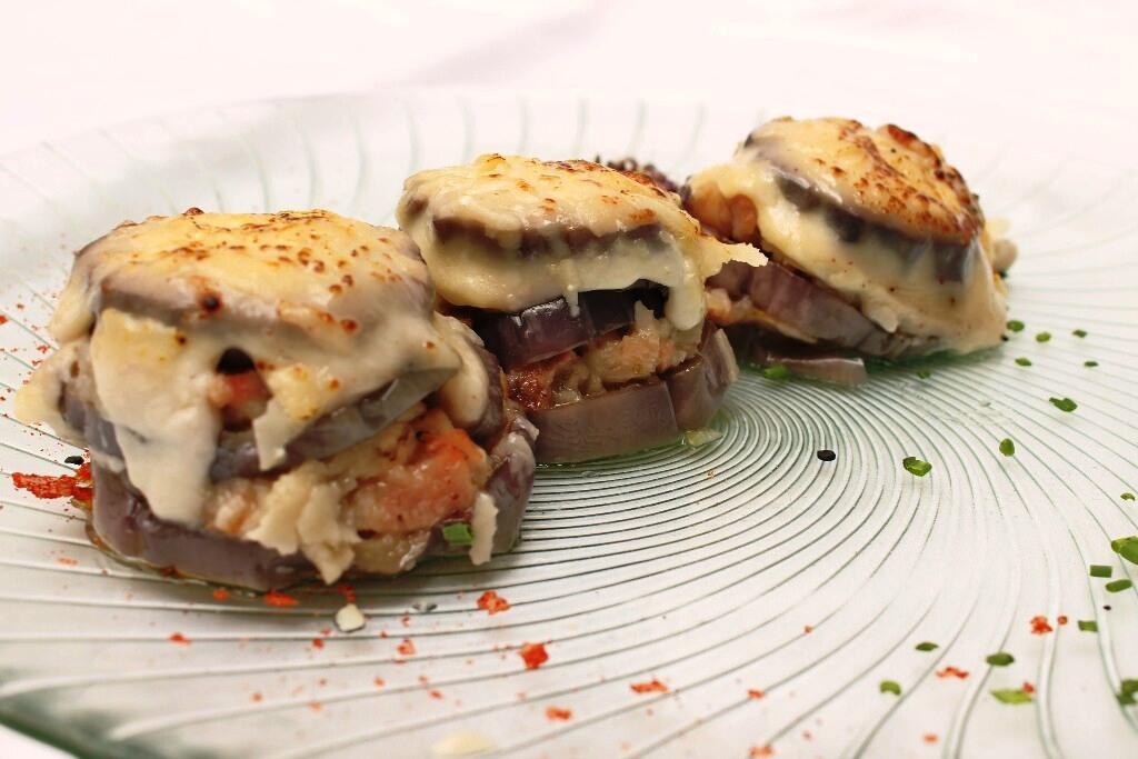 Mini musaka de berenjena, bacon y cebollita